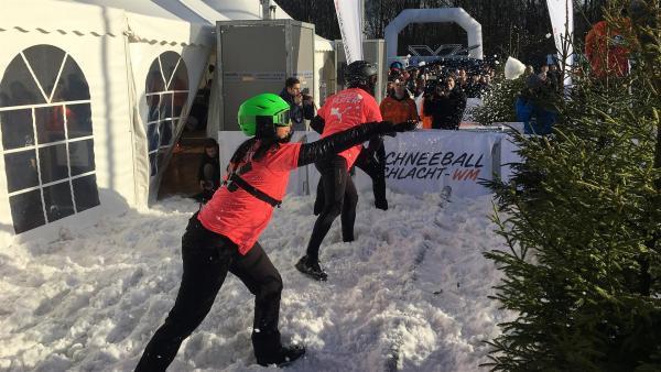 Jess wirft einen Schneeball nach dem anderen, um mit ihrem Team hoffentlich auf dem Siegertreppchen zu landen. | Rechte: KiKA/Torben Hagenau