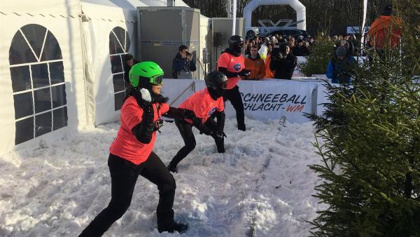 Jess tritt mit ihrem Team bei der Schneeballschlacht-WM in Gelsenkirchen an. | Rechte: KiKA/Torben Hagenau