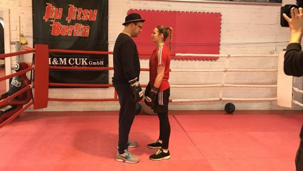 Ben steigt mit Sophie Alisch in den Ring. | Rechte: KiKA/Sakina Gaba