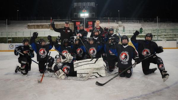 Jess trifft das All-Star-Team der Canadian Elite Hockey Academy | Rechte: KiKA/Franziska Gruber