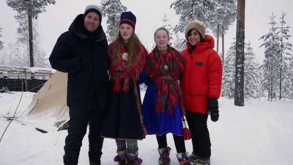 Ben und Jess treffen am vierten Tag zum Wintermarkt in Jokkmokk die Sami-Mädchen Nadja (2. von links) und Sara (3. von links). | Rechte: KiKA/Stefanie Jung