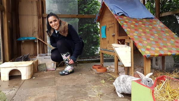 Jess besucht Lina, die zwei Kaninchen im Garten hält - Sally und Tarzan. | Rechte: KiKA/Lisa Dimmerling