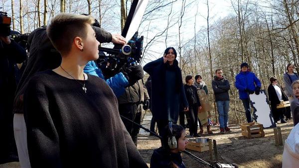Jess schaut sich die Dreharbeiten beim Jugendfilmprojekt in Uelzen an. | Rechte: KiKA/Anna Leistner
