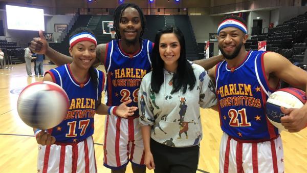 Jess trifft in Hamburg die Basketballer der Harlem Globetrotters. Sie paaren Basketball auf Profi-Niveau mit Comedy. Mit dieser Mischung unterhalten sie seit über 90 Jahren die Menschen auf der ganzen Welt. | Rechte: KiKA/Eva Knäusl