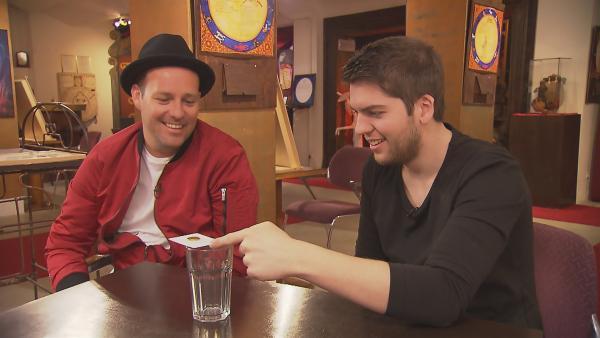 Ben trifft in Berlin Alexander Straub und versucht sich dabei als Zauberassistent für einen Tag. Ob Ben auch ein paar Tricks gelingen? | Rechte: KiKA