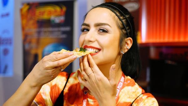 Jess ist in die italienische Stadt Parma gereist, um bei der Pizza-Weltmeisterschaft die besten Pizzabäcker der Welt gegeneinander antreten zu sehen - und um vielleicht auch das ein oder andere Stück Pizza zu naschen. | Rechte: KiKA/Franziska Gruber