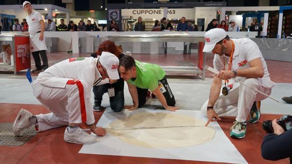 Pizza-Weltmeister wird dann der- oder diejenige, dessen Pizzateig den größten Durchmesser hat. | Rechte: KiKA/Franziska Gruber