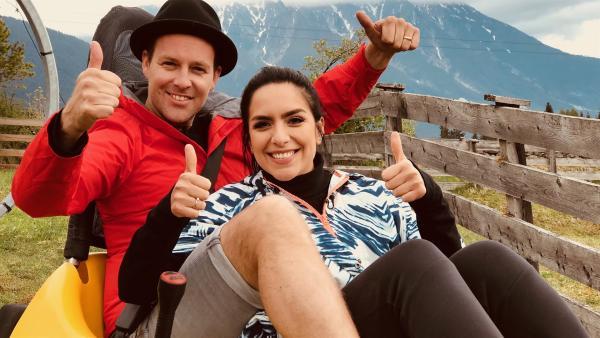 Jess und Ben testen zwei Tage lang die vier spektakulärsten Sommerrodelbahnen. | Rechte: KiKA/Rozhyar Zolfaghari
