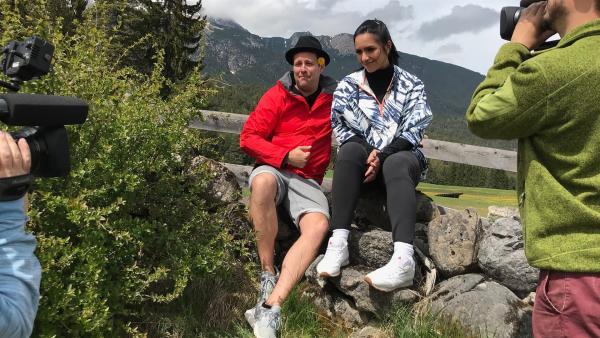 In den Bergen gibt es einige Sommerrodelvarianten für Ben und Jess zu entdecken.   Rechte: KiKA/Rozhyar Zolfaghari