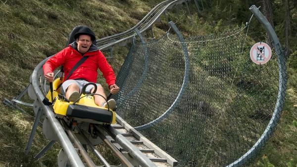 Steilkurven, 360-Grad-Kreisel, Jumps und das alles bei bis zu 40 Stundenkilometern – nix für schwache Nerven. Aber auch Ben weiß: Wer bremst, verliert! | Rechte: KiKA/Rozhyar Zolfaghari