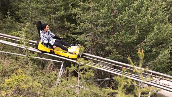 Jess lässt sich auch auf steile Kurven und hohe Geschwindigkeiten ein.   Rechte: KiKA/Rozhyar Zolfaghari