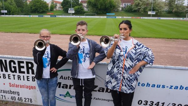 Jess besucht Aimée und Luca beim Training ihrer Marching Band. | Rechte: KiKA/Pia Diedrich