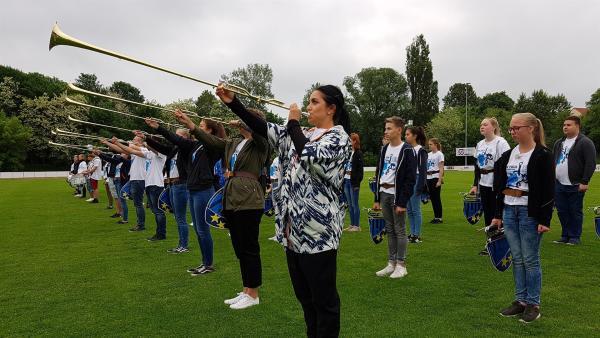 Jess trompetet kräftig mit. | Rechte: KiKA/Lisa Dimmerling