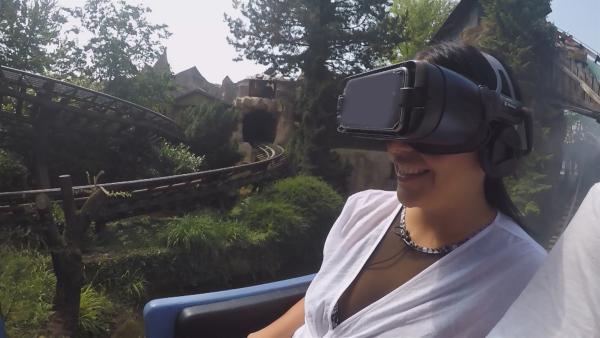 Jess testet eine Achterbahn mit VR-Brille. | Rechte: KiKA