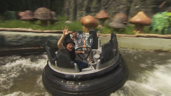 Ben testet eine Wildwasserbahn. | Rechte: KiKA