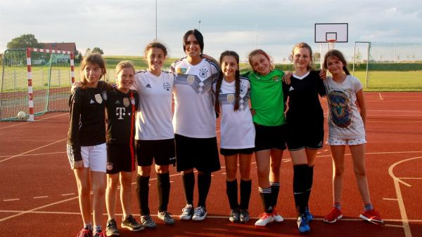 Jess besucht im zweiten Teil des WM-Trendchecks die Jugendmannschaft des SV Eglofs. | Rechte: KiKA/Rafael Bies