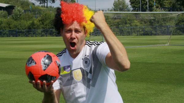 Ben ist in Gelsenkirchen auf Schalke.   Rechte: KiKA/Rafael Bies
