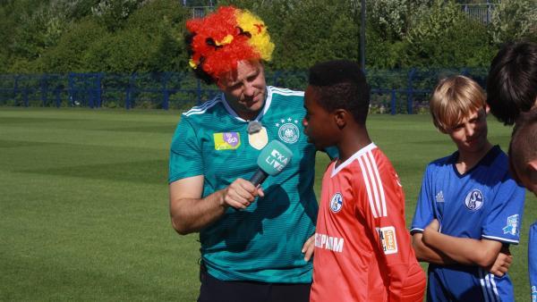 Ben trifft die Nachwuchsmannschaft des FC Schalke 04.   Rechte: KiKA/Rafael Bies