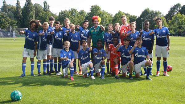 Ben und die Nachwuchsmannschaft des FC Schalke 04   Rechte: KiKA/Rafael Bies