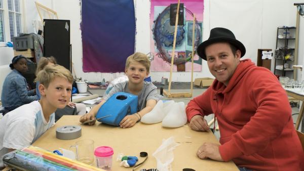 Finn, Bela und Ben (v.r.n.l.) mit ihrem Kunstobjekt | Rechte: KiKA/Hirn und Wanst