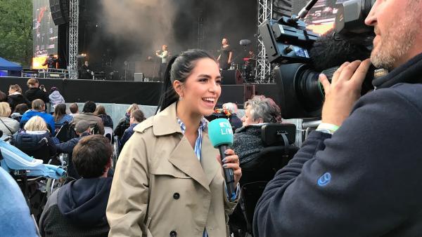 Jess staunt über Lauras Fähigkeiten, die auf der Kieler Woche beim Tim Bendzko Konzert die Texte und Musik simultan in Gebärdensprache übersetzt. | Rechte: KiKA/Rozhyar Zolfaghari