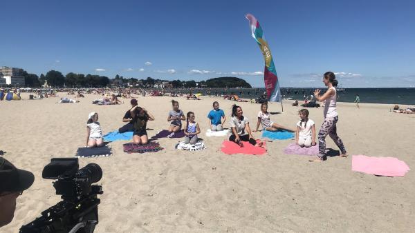 Yoga-Profi Esther, sieben Nachwuchs-Yogis und Jess und Ben beim Mitmach-Yoga   Rechte: KiKA/Sabine Krätzschmar