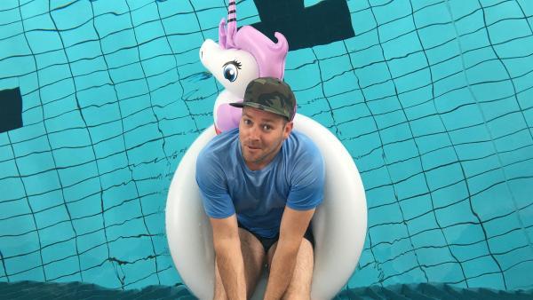 Ben ist bereit für eine neue Runde Wasserbattles. Werden er und Jess es schaffen, sich dieses Jahr bei den Wasserbattles gegen acht topfitte Ostfriesen durchzusetzen? | Rechte: KiKA/Rozhyar Zolfaghari