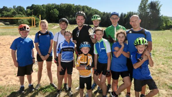 Ben trifft die Veitensteinbiker bei ihrem Hobby Mountainbiken. | Rechte: © KiKA/Alex Huth
