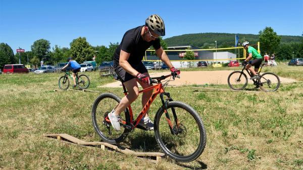Ben macht Geschicklichkeitsübungen mit dem Bike | Rechte: © KiKA/Alex Huth