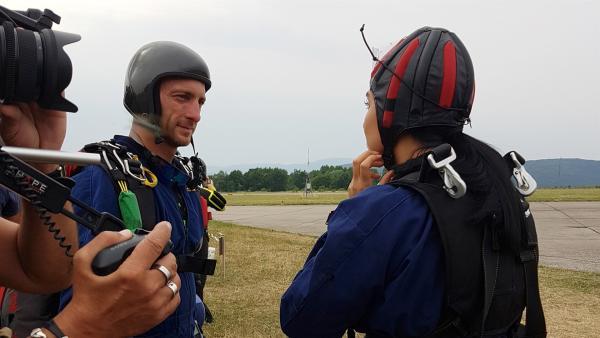 Jess bereitet sich mit ihrem Sprungpartner kurz vor dem Abflug vor. | Rechte: KiKA/Lisa Dimmerling