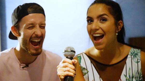 Jess mit dem DJ und Sänger Nils aka Nilsen   Rechte: KiKA/Franziska Gruber