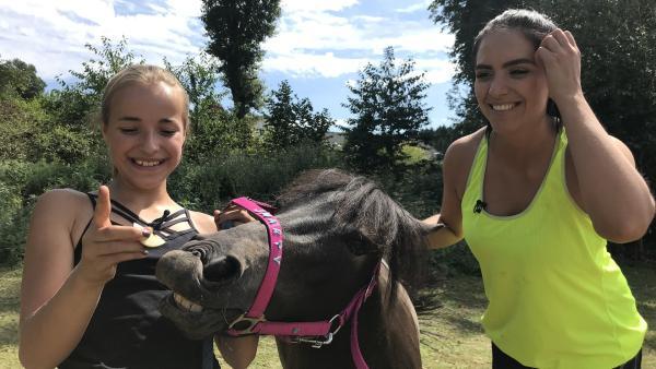 Jess trifft die 12-jährige Marina. Sie hat einen eigenen Video-Blog mit Videos über Ponys und Pferde. | Rechte: KiKA/Andrea Thoben