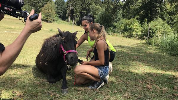 Jess ist dabei, als Marina mit ihrem Pony einen neuen Clip dreht. | Rechte: KiKA/Andrea Thoben