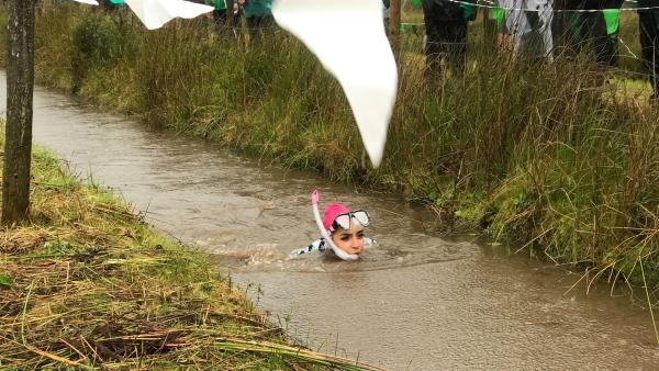 Jess gibt alles beim Sumpfschnorcheln durch 55 Meter Wassermatsch. | Rechte: KiKA/Sabine Krätzschmar