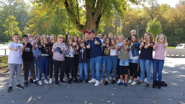 Ben ist im September bei der Realschule Weißenhorn und checkt dort die aktuellen Trends. | Rechte: KiKA/Esra Bonkowski
