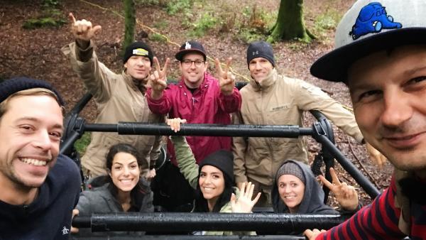 Die Moderatoren (v.l.n.r.) Tobi, Clarissa, Ben, Jess, Singa und André und ihre beiden Begleiter (hi.R.) freuen sich auf ihr Survival-Abenteuer. | Rechte: KiKA/André Gatzke
