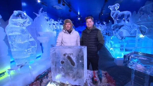 Ben trifft Comedian Chris Tall in einer Eisbar in Berlin. | Rechte: KiKA/Stephanie Paersch