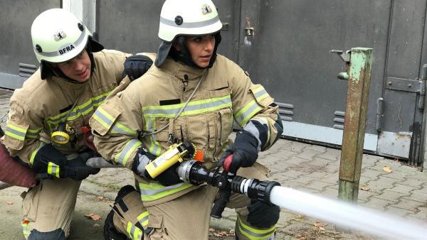 Jess darf einen Tag lang das Ausbildungszentrum der Berliner Feuerwehr besuchen. | Rechte: KiKA/Rozhyar Zolfaghari