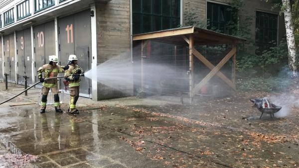 Jess löscht mit der Hilfe eines anderen Feuerwehrmannes ein Feuer. | Rechte: KiKA/Rozhyar Zolfaghari