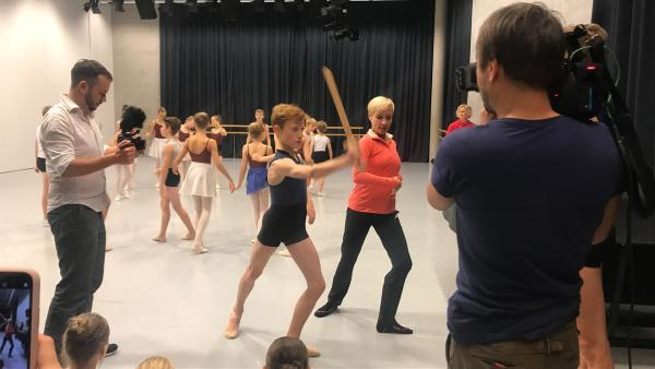 KiKA LIVE zu Gast bei den Proben zum Auftritt beim Nussknacker-Ballett an der Dresdner Semperoper   Rechte: KiKA/Sabine Krätzschmar