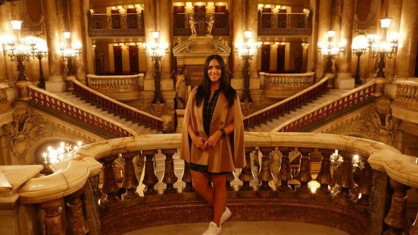 Jess in der berühmten Opéra Garnier | Rechte: KiKA/Stefanie Jung