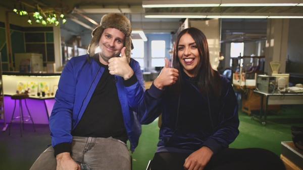 Jess und Ben im Unboxing-Fieber | Rechte: KiKA