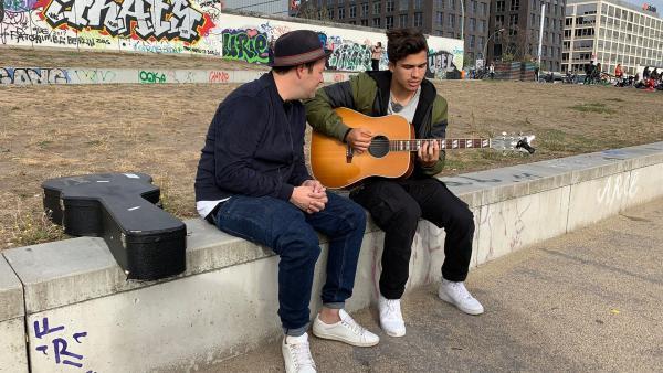 Sänger und YouTube-Star Alex Aiono zeigt Ben seine aktuellen Songs. | Rechte: KiKA/Torben Hagenau