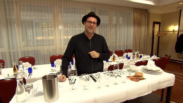 Ben lässt sich beim Knigge-Kurs für Mary Poppins Rückkehr coachen. | Rechte: KiKA/Lena Klimpel