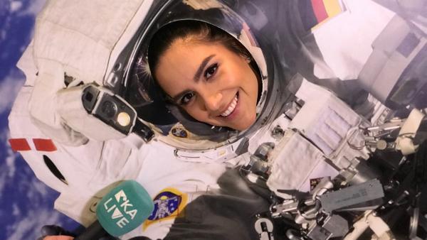 Jess probiert sich als Astronautin aus. | Rechte: KiKA/Rozhyar Zolfaghari