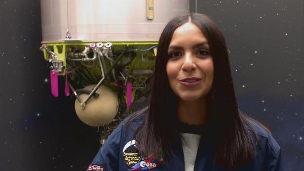 Jess schaut im Back-up-Kontrollzentrum der Raumstation ISS den echten Astronauten bei der Arbeit zu. | Rechte: KiKA