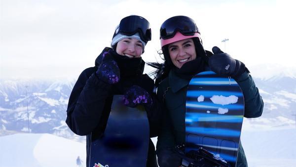 Jess trifft Leilani Eittel, die ihr einen Snowboardkurs gibt. | Rechte: KiKA/Franziska Gruber