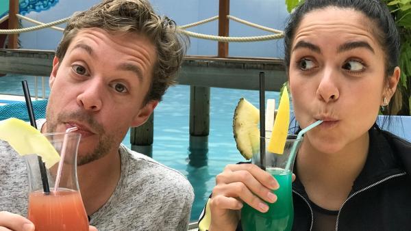 Jess und Tobi haben sich nach dem Tauchtraining eine Erfrischung verdient. | Rechte: KiKA/Stefanie Jung