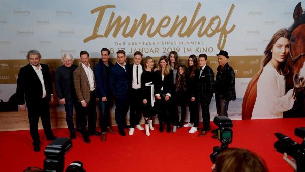 Die Crew vom Film versammelt sich auf dem roten Teppich. | Rechte: KiKA/Franziska Gruber