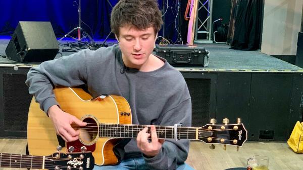 Alec Benjamin ist 24 Jahre alt und hat schon mit vielen berühmten Musikern Duette gespielt. | Rechte: KiKA/Alex Huth